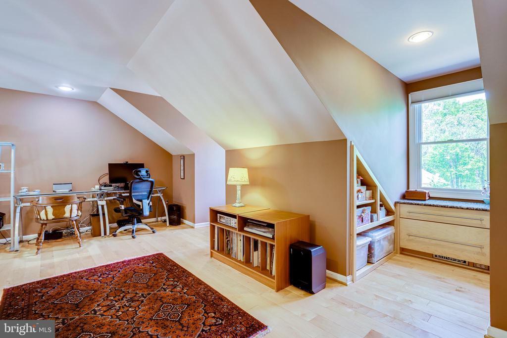 Built in cabinets under windows in bonus room - 19 GRISWOLD CT, POTOMAC FALLS