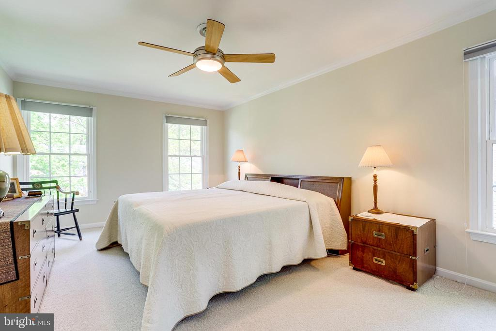 Primary bedroom with ceiling fan - 19 GRISWOLD CT, POTOMAC FALLS