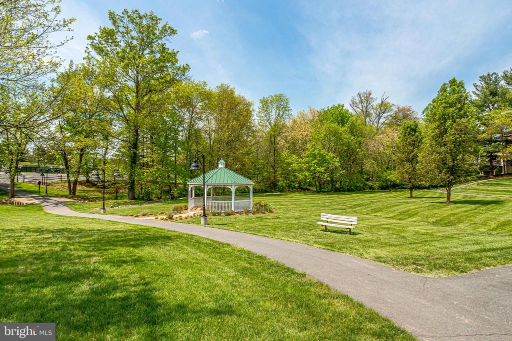 Walking trails and pathway to community pool - 19 GRISWOLD CT, POTOMAC FALLS