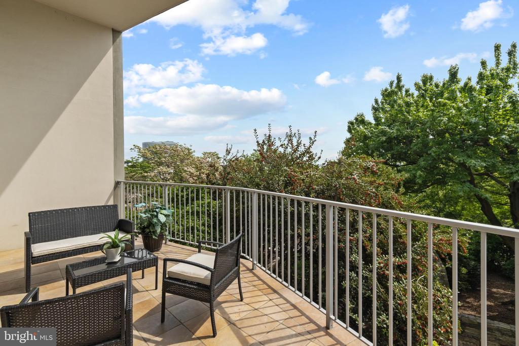 Overiszed Balcony - 1200 N NASH ST #240, ARLINGTON