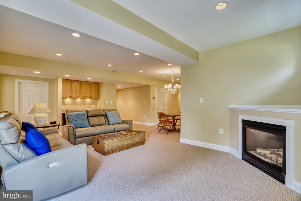 Gas Fireplace and Wet Bar - 1269 COBBLE POND WAY, VIENNA