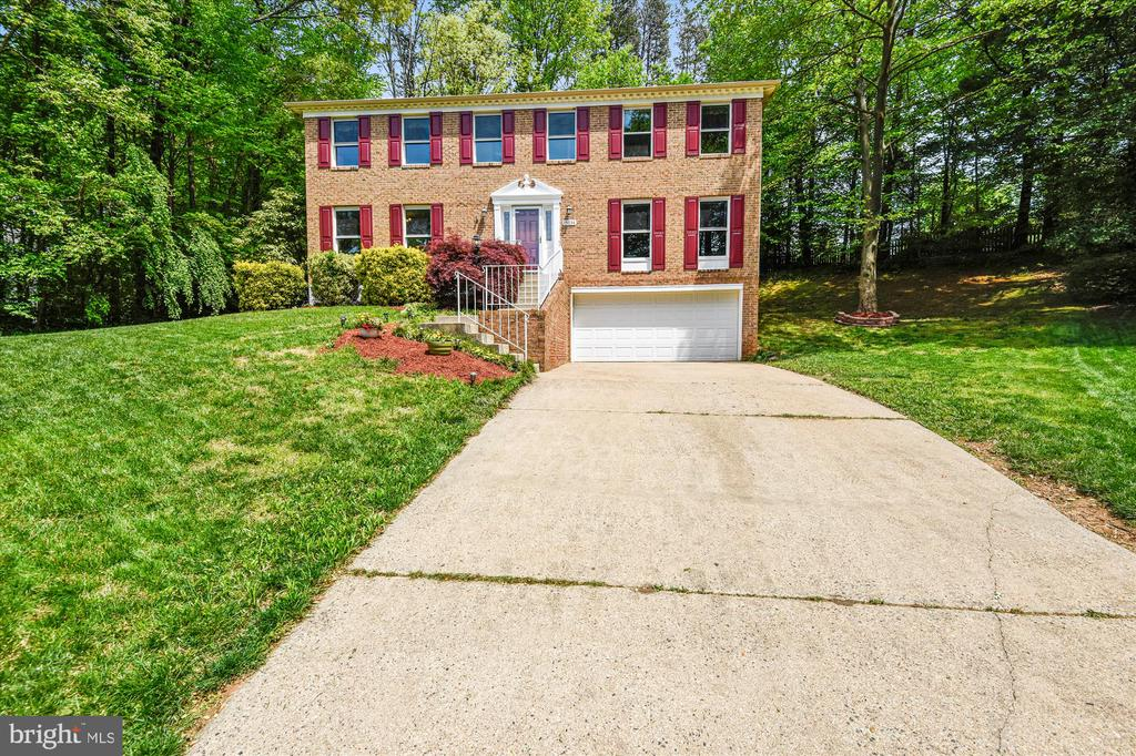 Large family home in Montclair on VERY private lot - 15034 HOLLEYSIDE DR, DUMFRIES