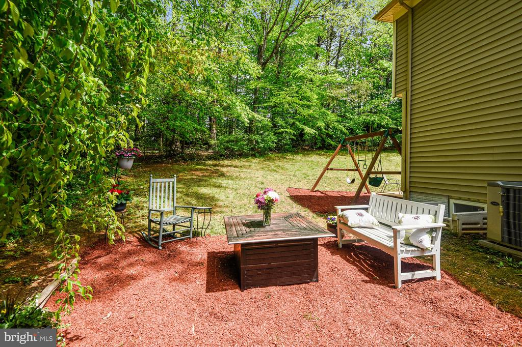 Multiple outdoor living spots on this lot! - 15034 HOLLEYSIDE DR, DUMFRIES