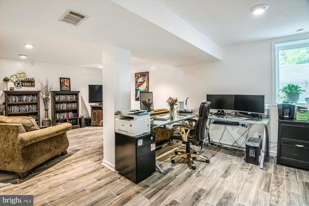 Spacious lower-level rec room! - 15034 HOLLEYSIDE DR, DUMFRIES