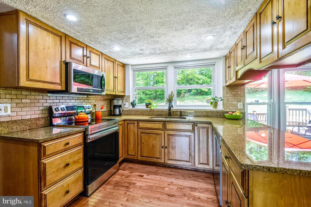 Updated with new granite and stainless appliances - 15034 HOLLEYSIDE DR, DUMFRIES