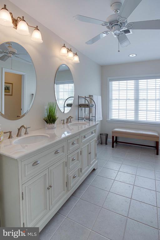 Double vanities make for easy sharing - 42624 LEGACY PARK DR, BRAMBLETON