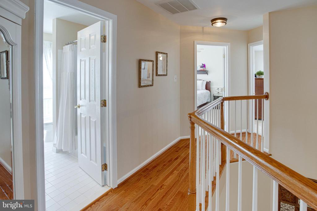 The upper landing - 42624 LEGACY PARK DR, BRAMBLETON