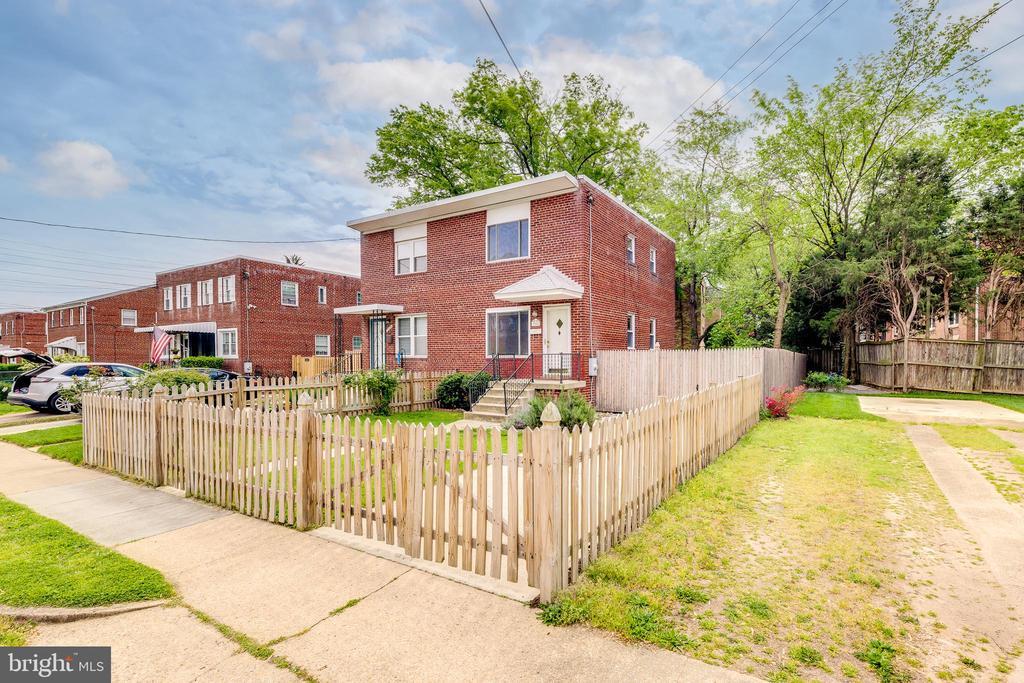 Fenced Front Yard - 3206 13TH RD S, ARLINGTON