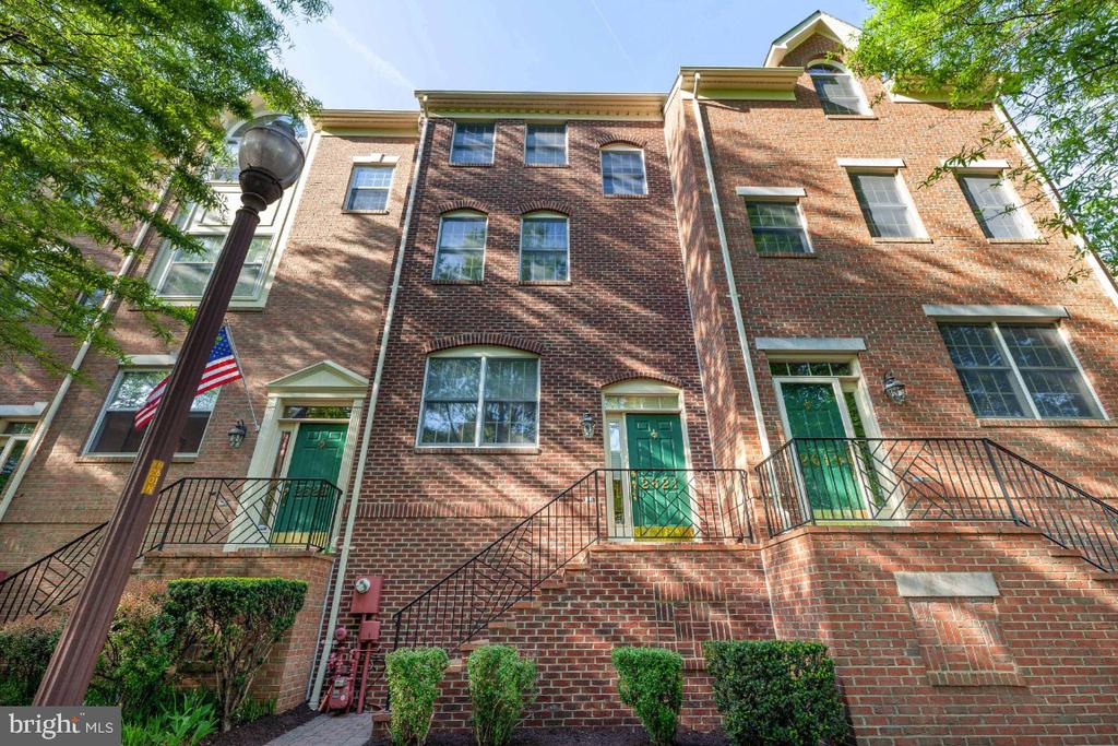 All Brick townhome in move-in condition - 2621 FAIRFAX DR, ARLINGTON
