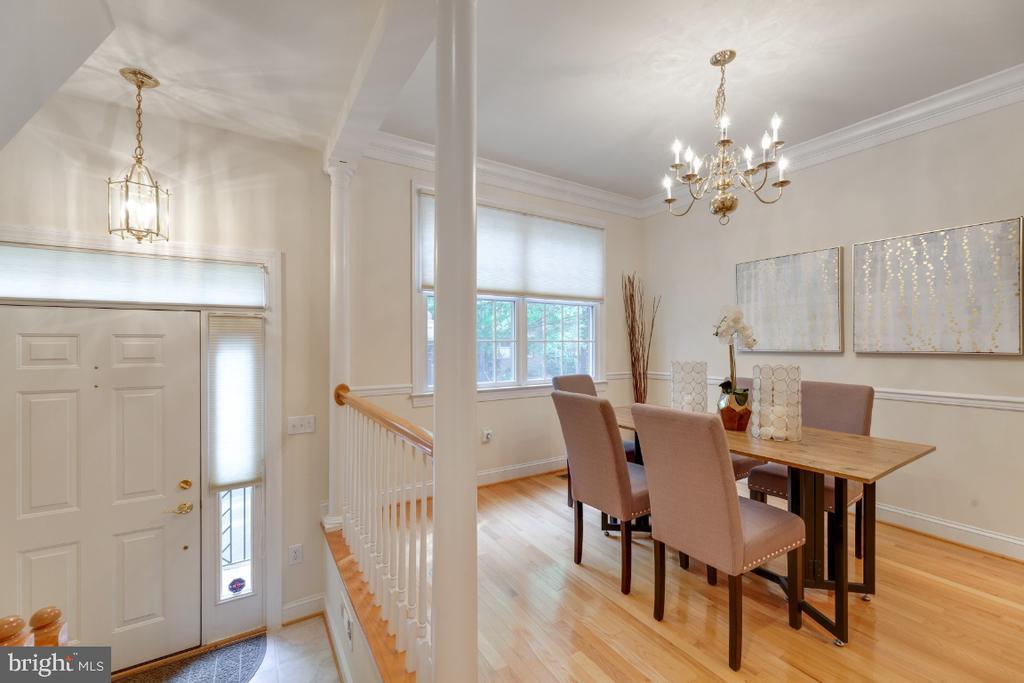 Rich hardwood floors in dining area - 2621 FAIRFAX DR, ARLINGTON