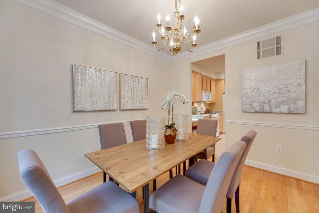 Dining room with crown molding and chair rail - 2621 FAIRFAX DR, ARLINGTON
