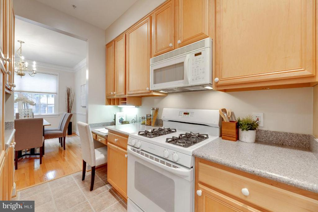 Gas cooking and plenty of counter space - 2621 FAIRFAX DR, ARLINGTON