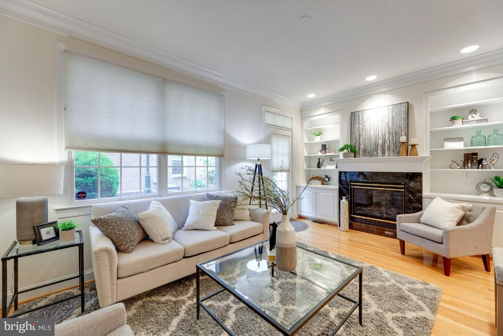 Light and bright room with hardwood floors - 2621 FAIRFAX DR, ARLINGTON