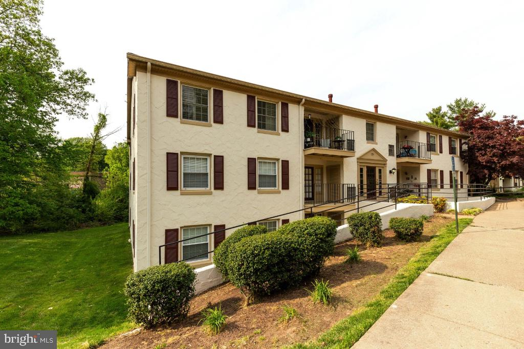Updated condo in sought after community! - 5801-J REXFORD DR #807, SPRINGFIELD