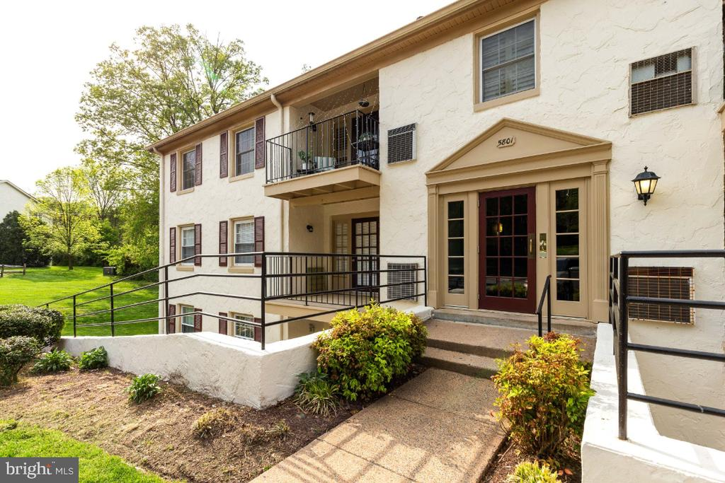 Update garden style condo with private patio - 5801-J REXFORD DR #807, SPRINGFIELD