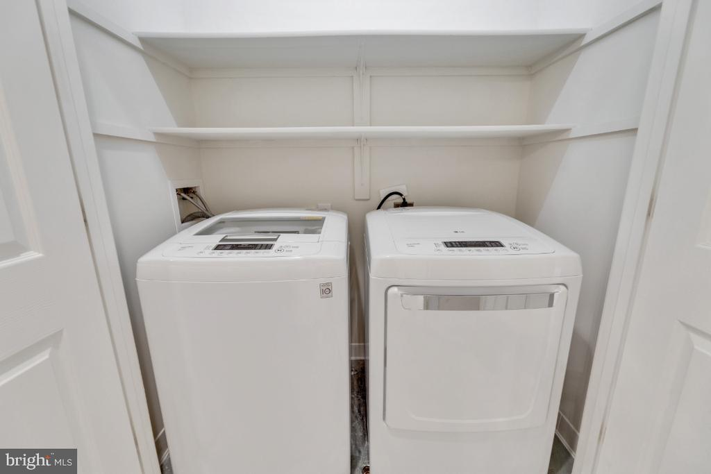 Separate laundry room with updated washer/dryer - 2621 FAIRFAX DR, ARLINGTON