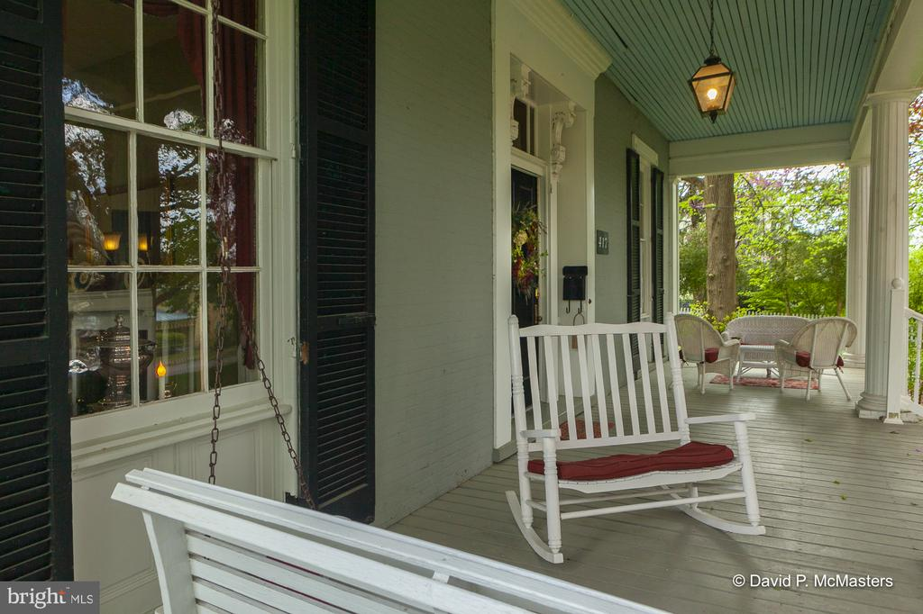 Comfortable front porch for conversations/reading - 417 E WASHINGTON ST, CHARLES TOWN