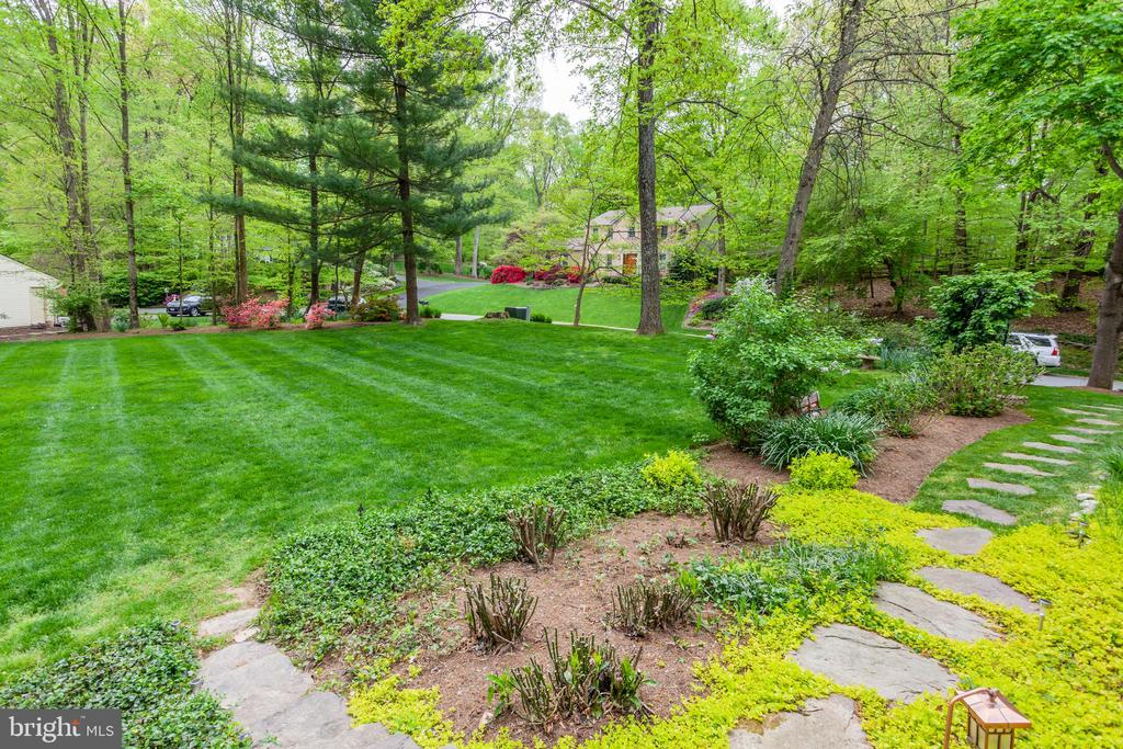 Gorgeous Landscaping - 6305 BLACKBURN FORD DR, FAIRFAX STATION