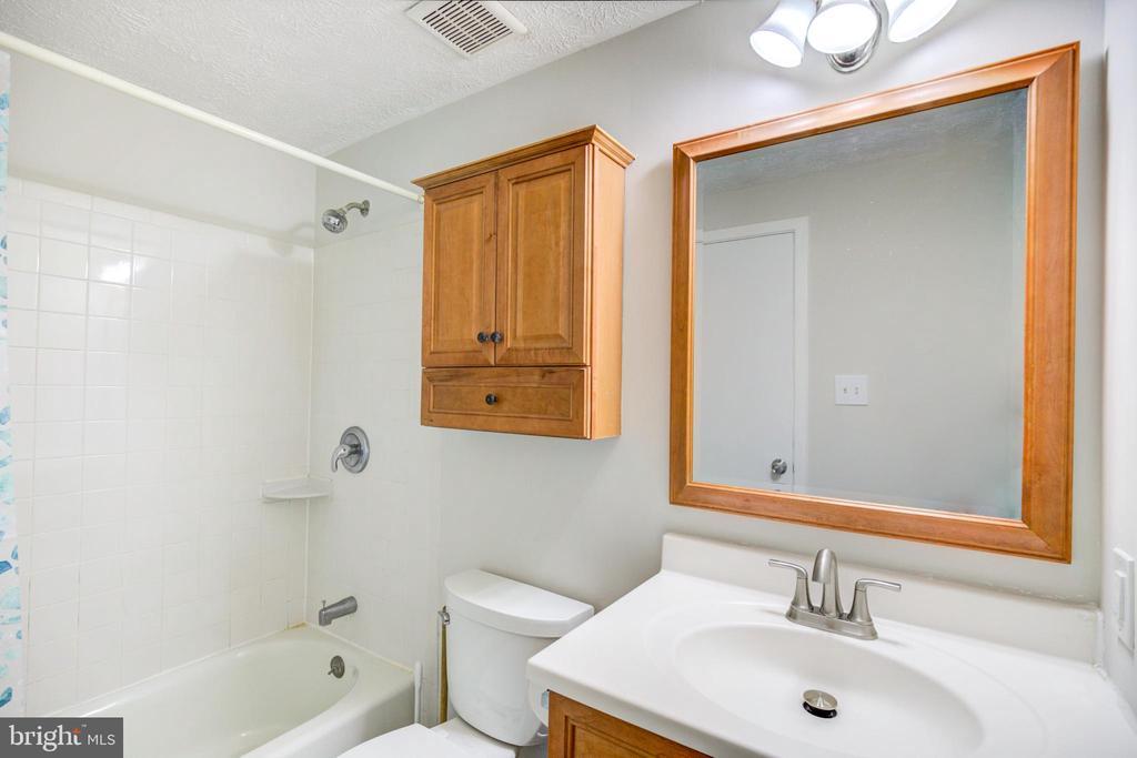 Bath Room - 5744 HEMING AVE, SPRINGFIELD