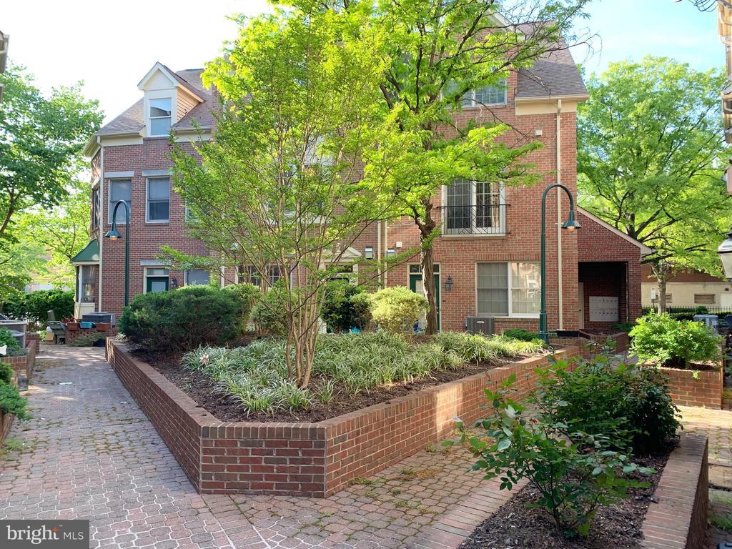 Common area courtyard - 2621 FAIRFAX DR, ARLINGTON