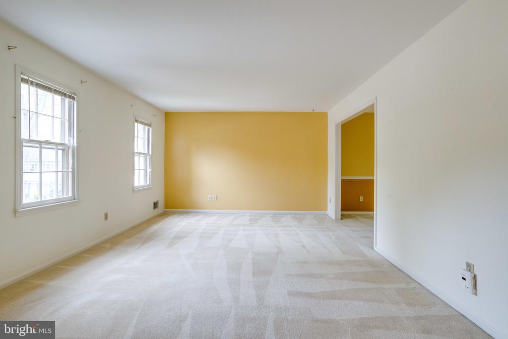 Bright & sunny living room is very spacious - 7305 LANGSFORD CT, SPRINGFIELD