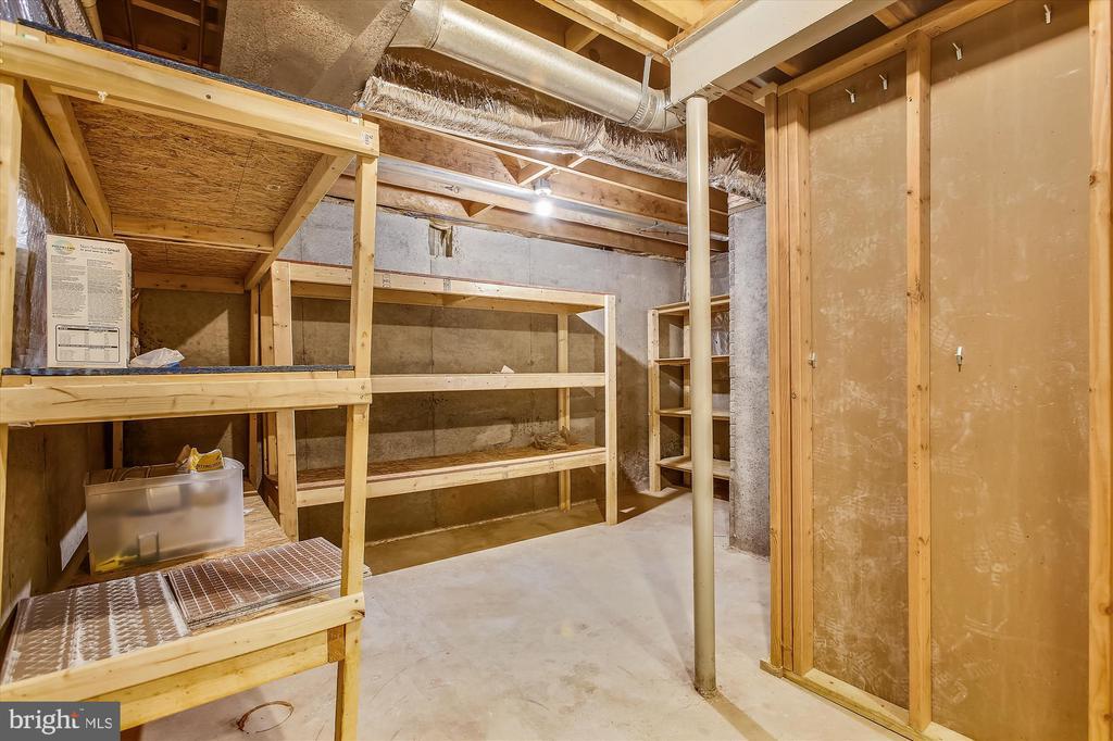 Large storage room w/shelves - 826 POTOMAC RIDGE CT, STERLING