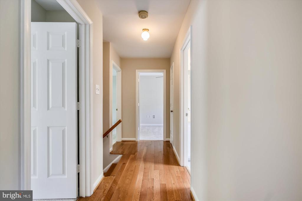 Upper level hall - 826 POTOMAC RIDGE CT, STERLING