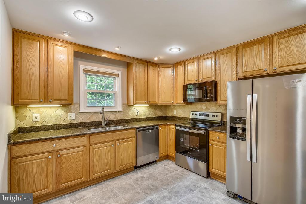 Kitchen w/ granite counters, new SS appliances - 826 POTOMAC RIDGE CT, STERLING