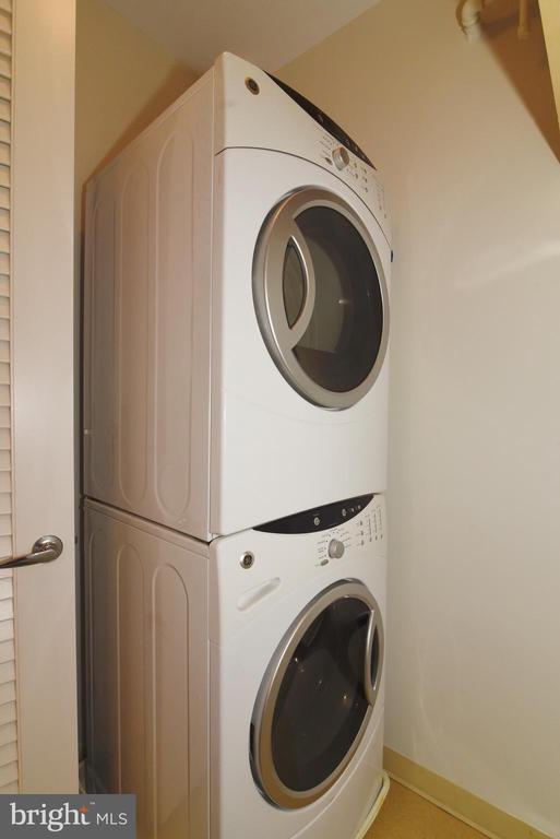 Oversized Washer/Dryer for the king size comforter - 12025 NEW DOMINION PKWY #311, RESTON