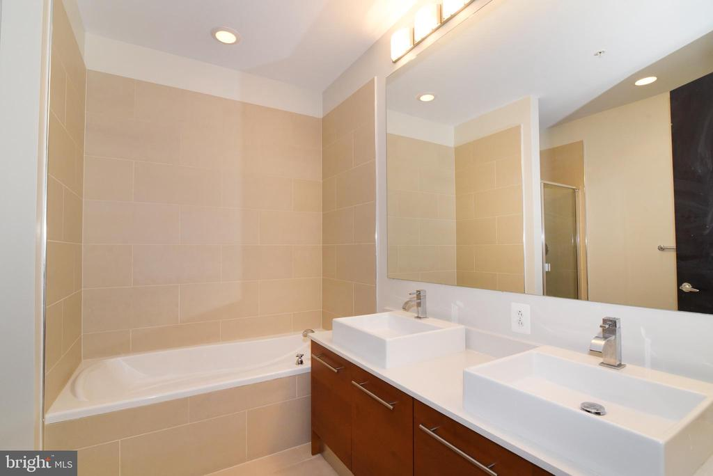 Separate soaking tub - 12025 NEW DOMINION PKWY #311, RESTON