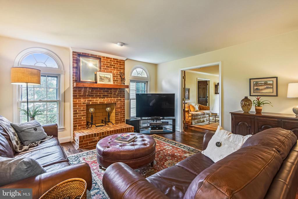 Wood-burning fpl, never been used! - 11949 GREY SQUIRREL LN, RESTON