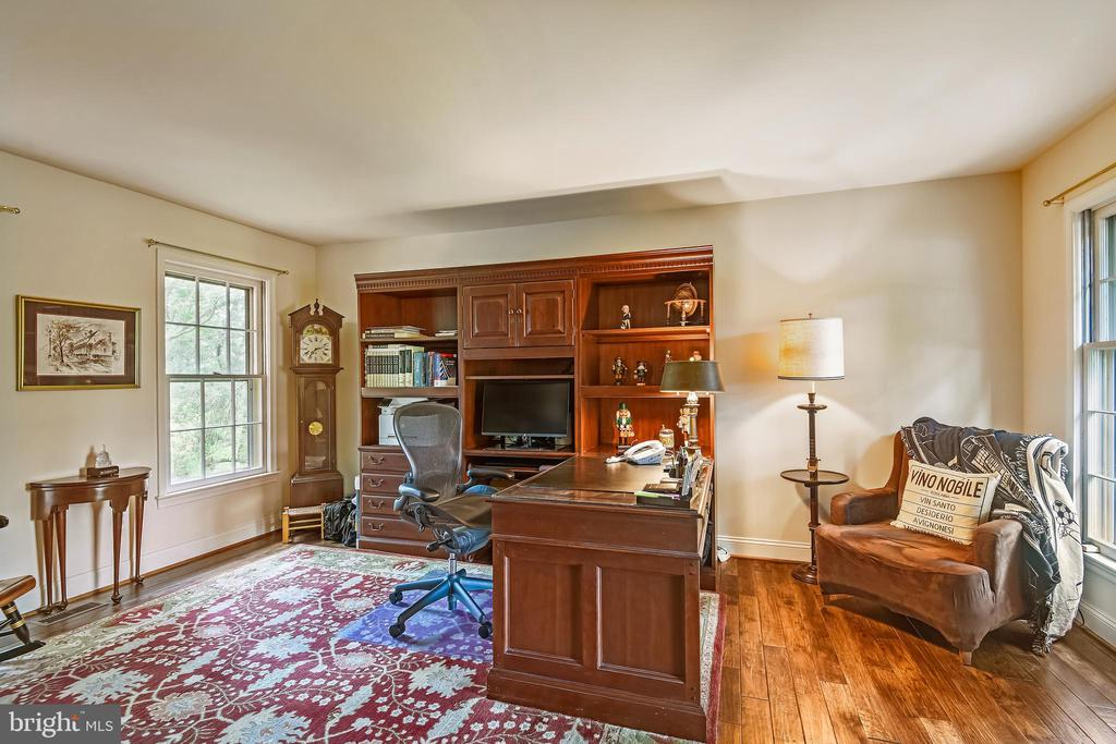 Executive style library on main level - 11949 GREY SQUIRREL LN, RESTON