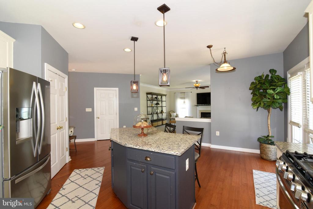 Hardwood floors and updated light fixtures - 43298 HEATHER LEIGH CT, ASHBURN
