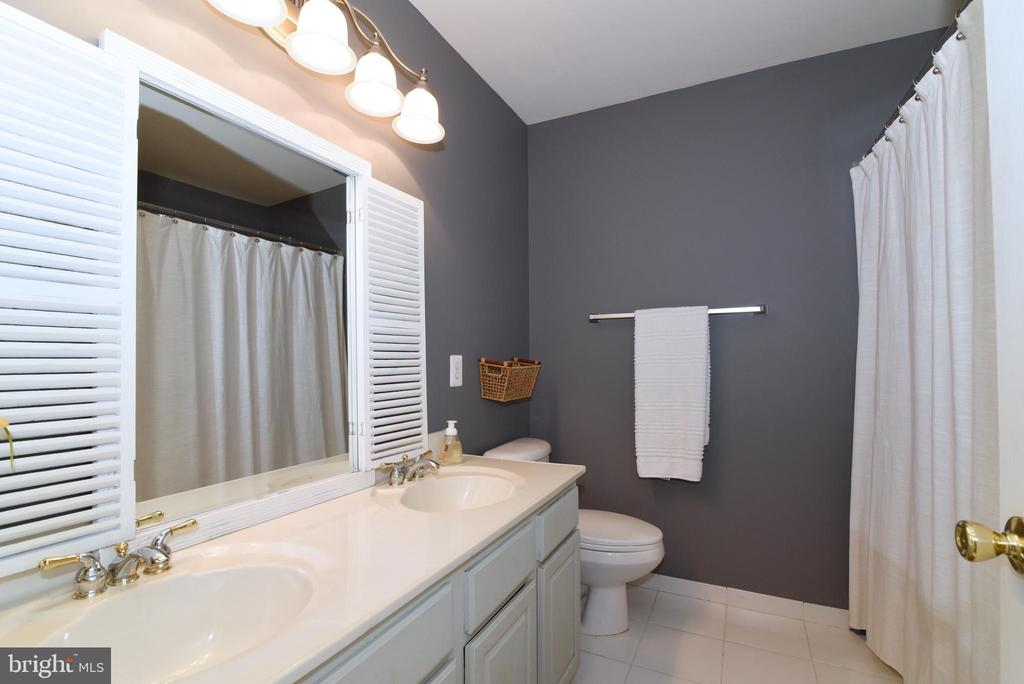 Upper level hall bath - 43298 HEATHER LEIGH CT, ASHBURN