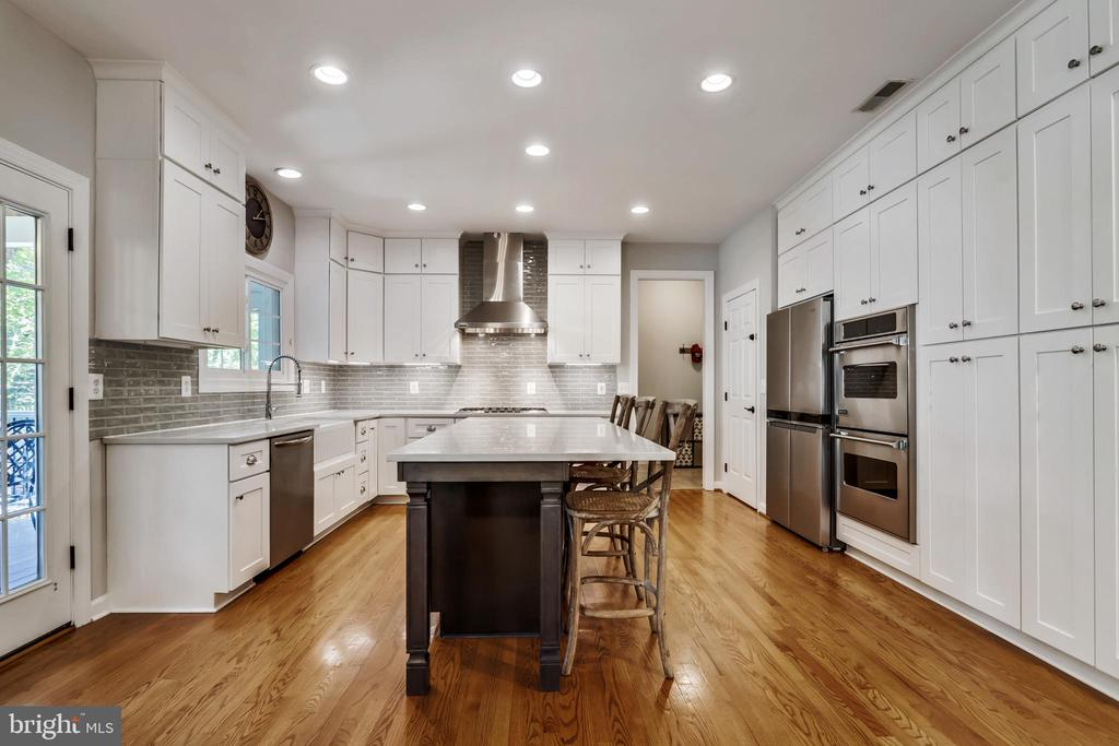 GORGEOUS Remodeled White Shaker Kitchen - 43690 MINK MEADOWS ST, CHANTILLY