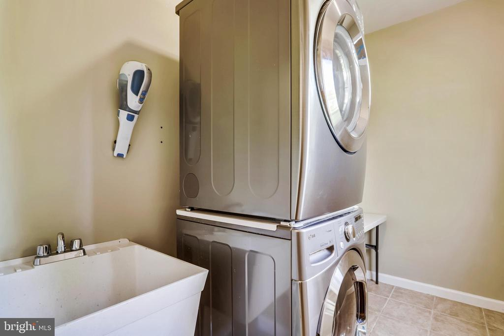 Separate Laundry Room off Mud Room - 43690 MINK MEADOWS ST, CHANTILLY