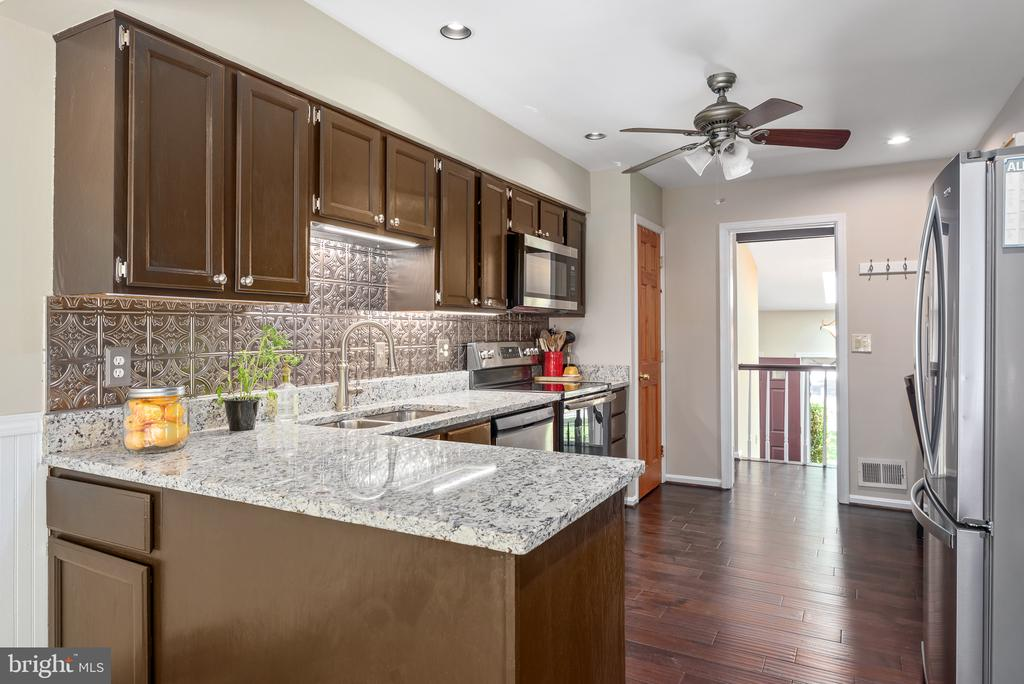 New granite, stainless appliances in the kitchen - 109 COPPER CT, STERLING