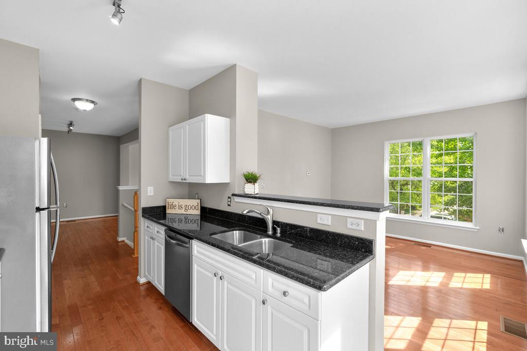 Sun filled home with tons of light! - 8050 NICOSH CIRCLE LN #42, FALLS CHURCH