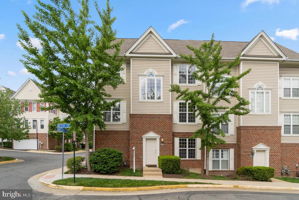 Spectacular End Unit Condo/Townhome - 8050 NICOSH CIRCLE LN #42, FALLS CHURCH