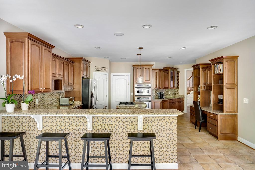 Large kitchen with beautiful cabinetry and granite - 43768 RIVERPOINT DR, LEESBURG