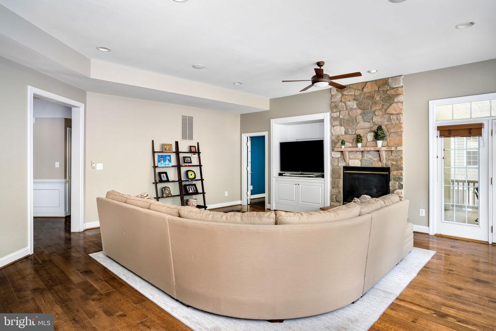 Large family room - perfect for entertaining - 43768 RIVERPOINT DR, LEESBURG