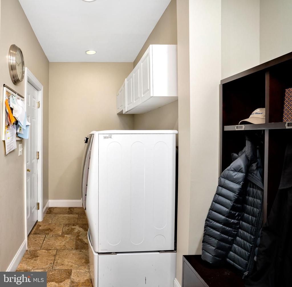 Conveniently located laundry room and mud room - 43768 RIVERPOINT DR, LEESBURG