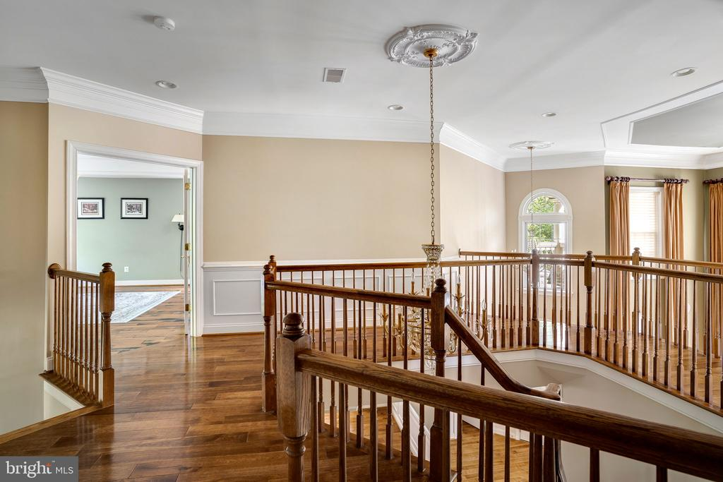 Upstairs hallway exudes elegance - 43768 RIVERPOINT DR, LEESBURG