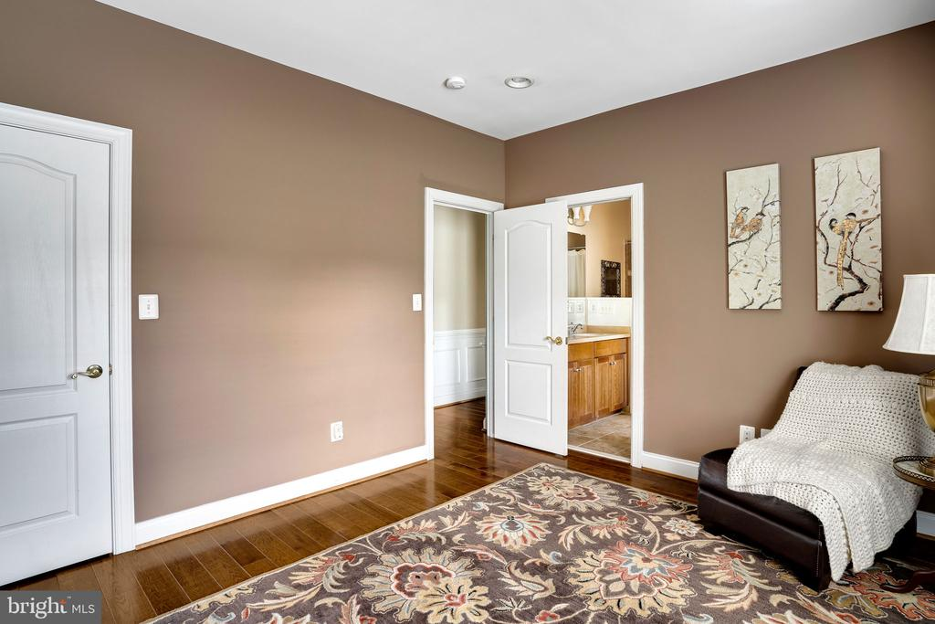 Bedroom is attached to Jack and Jill bathroom - 43768 RIVERPOINT DR, LEESBURG