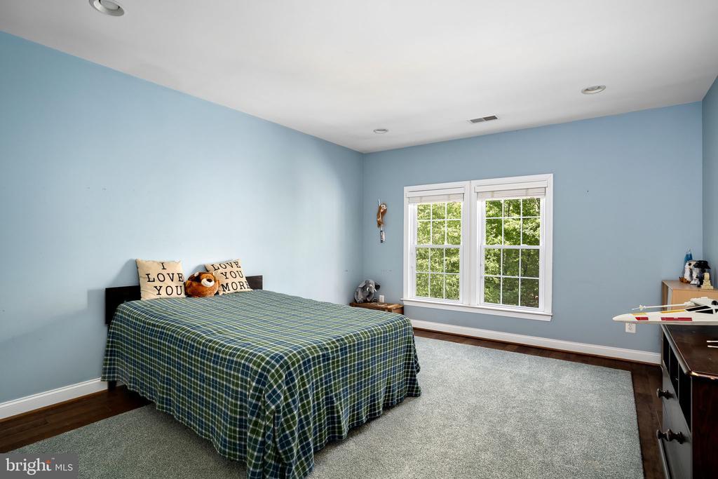 Bedroom with tree views and en-suite bathroom - 43768 RIVERPOINT DR, LEESBURG