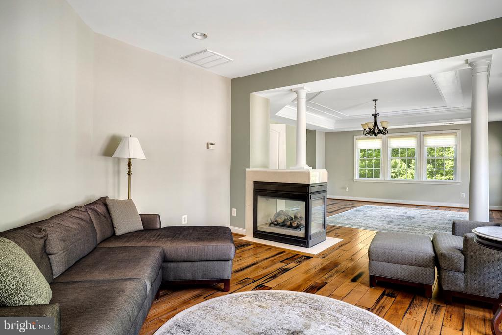 Large sitting room with cozy fireplace - 43768 RIVERPOINT DR, LEESBURG