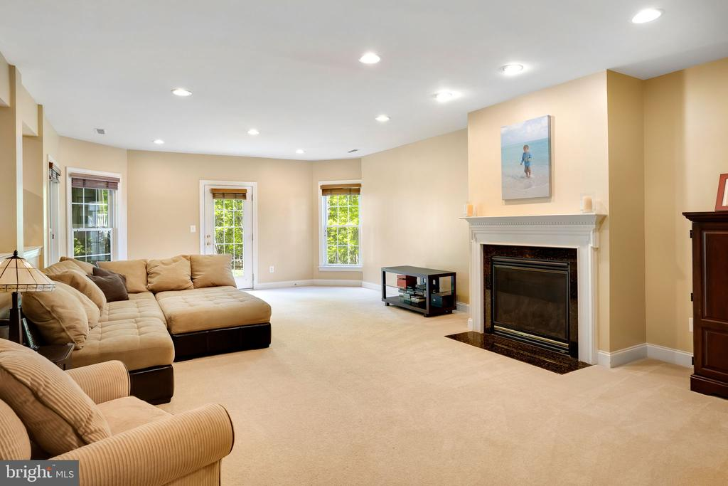 Plenty of seating space around the gas fireplace - 43768 RIVERPOINT DR, LEESBURG