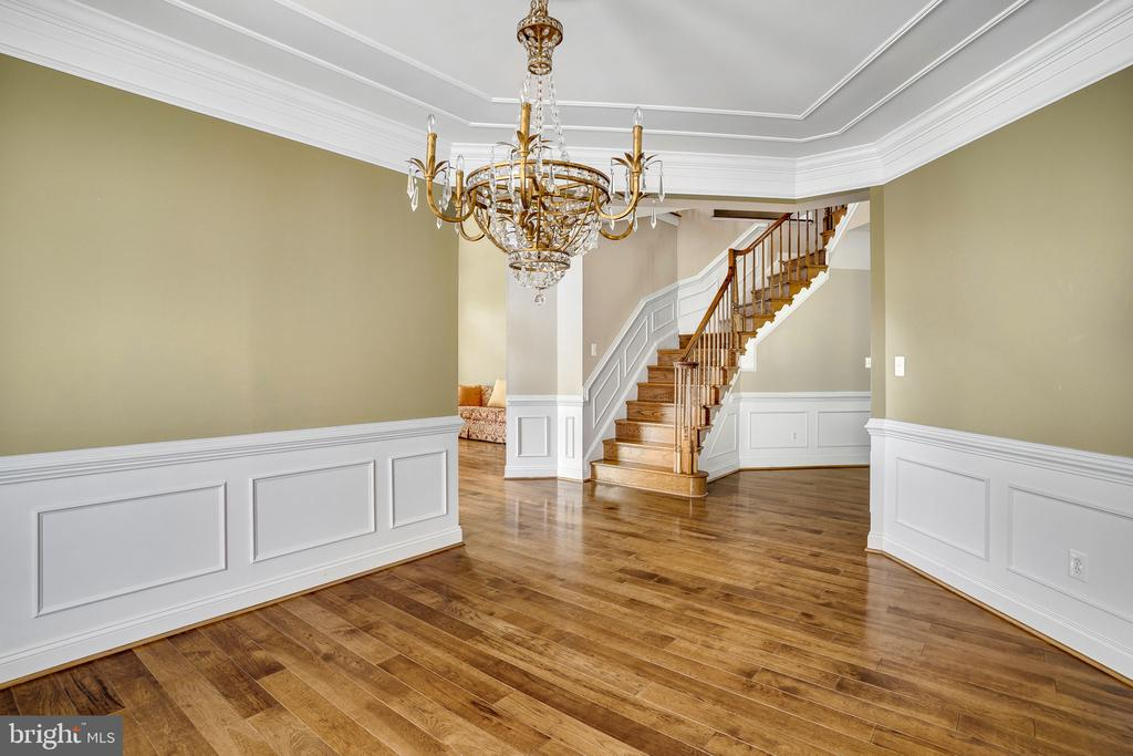 Floors and stairs are gleaming hardwood - 43768 RIVERPOINT DR, LEESBURG
