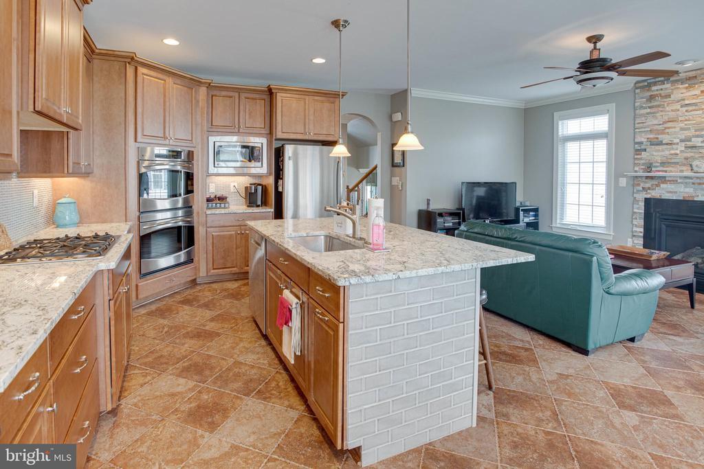 Beautiful granite countertops and oversized island - 24960 ASHGARTEN DR, CHANTILLY