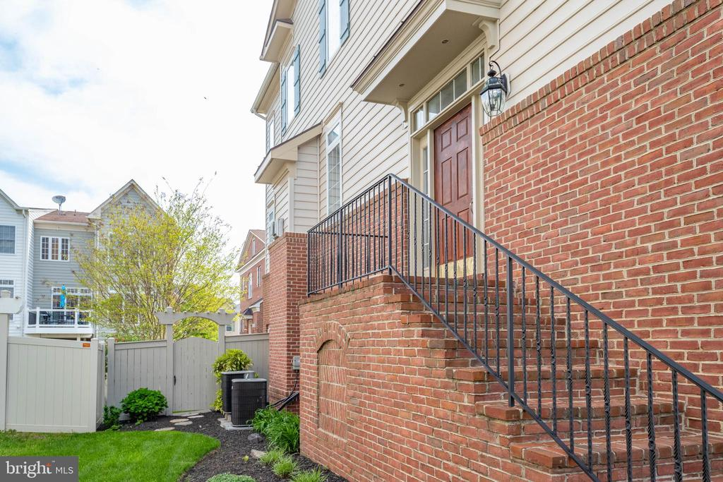 Plenty of light in this beautiful end unit! - 24960 ASHGARTEN DR, CHANTILLY